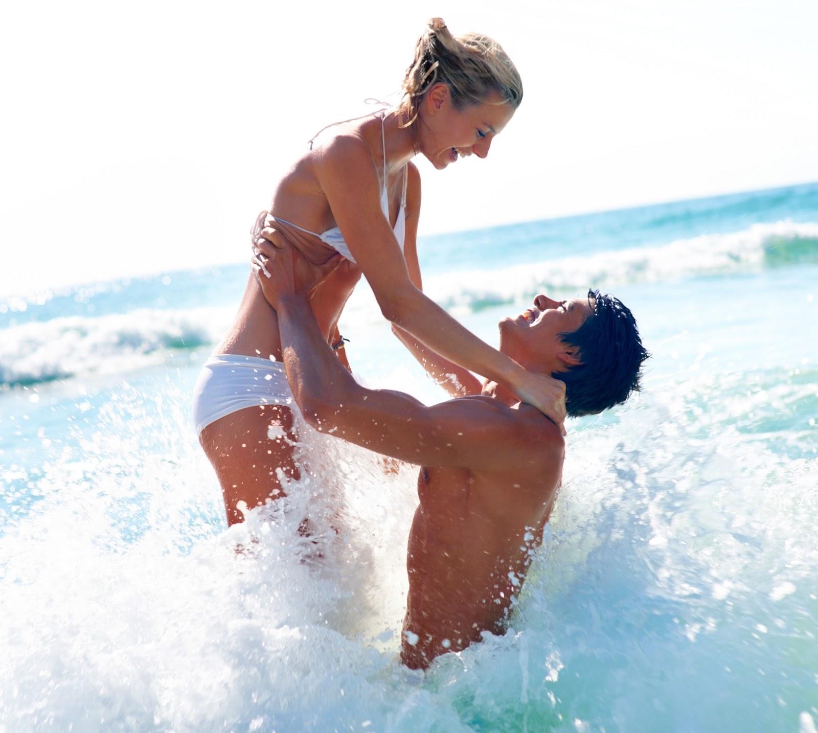 Парень с девушкой на картинке купаются 10