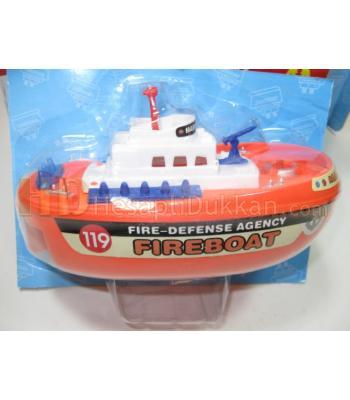 Fire boat itfaiye gemisi su fışkırtır ve yüzer