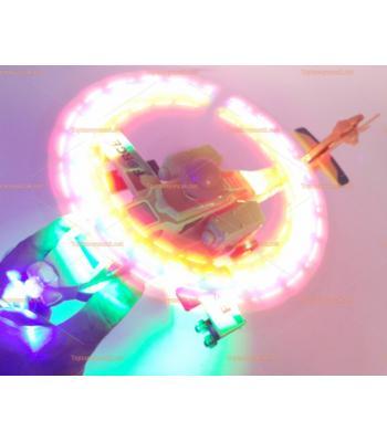 Toptan ışıklı oyuncak havada dönen savaş helikopteri