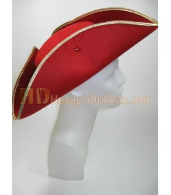 Kırmızı üç köşeli şapka